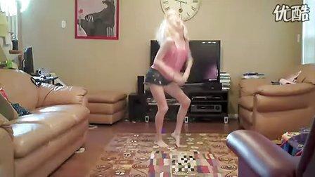 可爱的赤脚萝莉在家热舞自拍