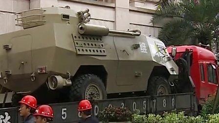 歼-10等兵器装备来了 重庆国防兵器展19日开展 131018 早新闻
