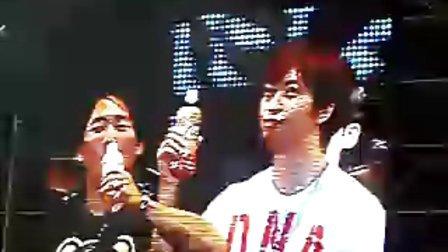 五月天上海DNA演唱会阿信石头交杯酒