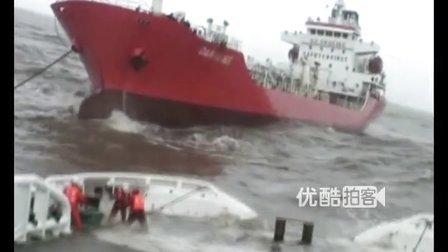 【拍客】外籍游轮浙江海域遇险台风菲特 中国派出救援冒死营救
