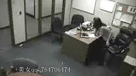 女人在办公室的疯狂举动(美女网  www.kaixin3q.com)