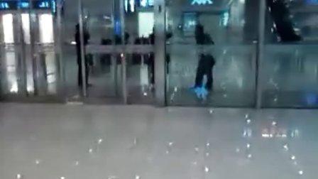 上海虹桥火车站-众女斗恶男