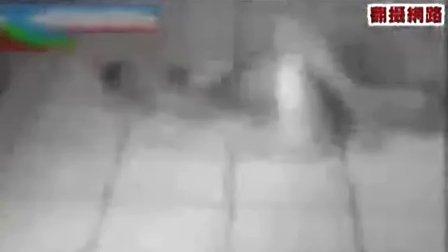 菲律宾警察性虐囚犯 鞭打身体要害(现场)