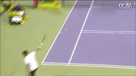 [高清版]费德勒在ATP2011多哈 首轮比赛轻松打出正面胯下击球制胜分