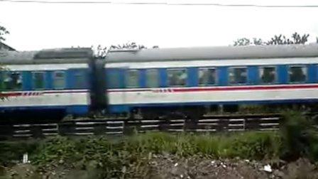DF4D 0269拉着北京西到南宁的特快列车离开桂林火车站