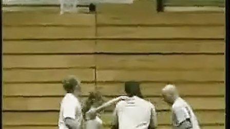 一群疯子把女友扣进篮筐
