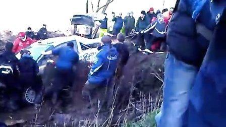 WRC2010英国站--Ogier SS8翻车后热情车迷帮忙推车