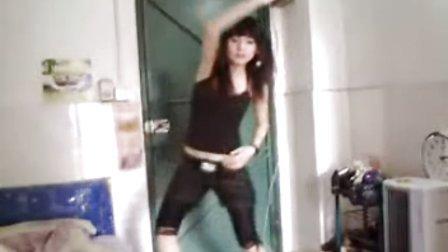 美女出租屋中自拍热舞