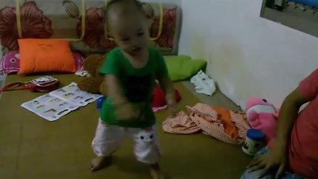 1岁半小孩学跳舞太搞笑了