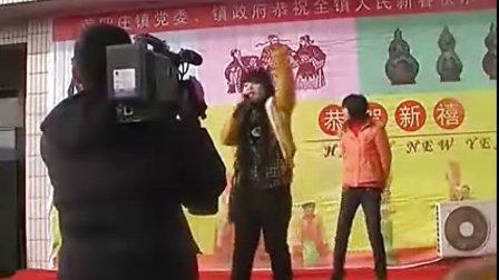 实拍农村春晚少女动感伴舞,受不了后面那两个女的!