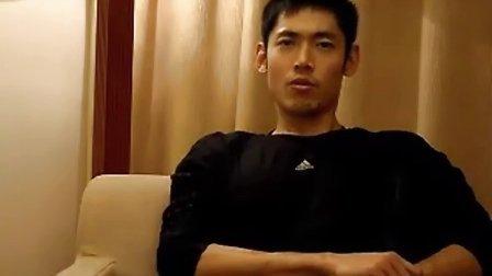 张庆鹏鼓励癌症小球迷 是男人就挺过去