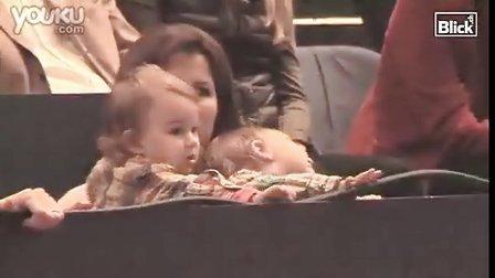 [RF萌娃娃视频]2010巴塞尔 费德勒夺冠 双胞胎女儿现场为爸爸喝彩