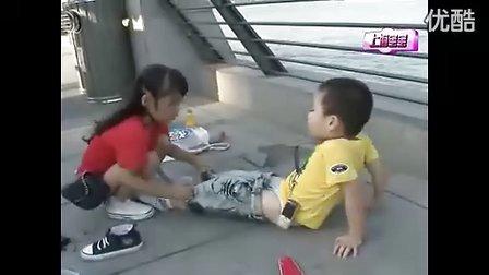 小男孩尿裤子后小女孩帮忙换!可爱死了......