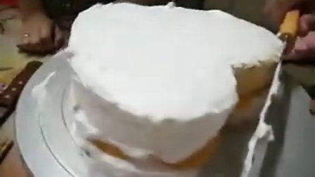 非常甜蜜的一对情侣,在甜蜜蜜DIY手工坊制作心形蛋糕庆祝相恋999天的纪念日