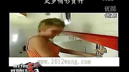 美女在男厕站着撒尿 吓坏男同胞们