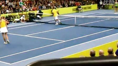 [超搞笑]2011Nike 费德勒和莎娃双打时耍宝做俯卧撑和半跪网前截击