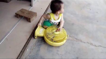 见过这么小的童工吗?