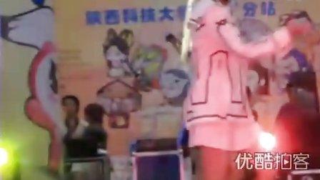 """【拍客】实拍动漫节上美女遛""""怪兽"""""""