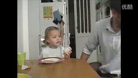 没见过这么当爹的,笑死了父亲偷吃女儿的果冻
