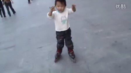 2岁半轮滑高手(哥不是传说 不要迷恋哥)