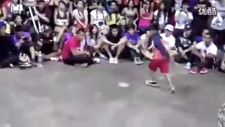 10岁少年靓丽街舞PK成人舞技