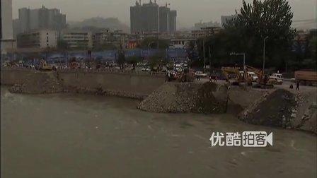 【拍客】黄河涨水致50米河堤垮塌现场 数棵行道树被卷走