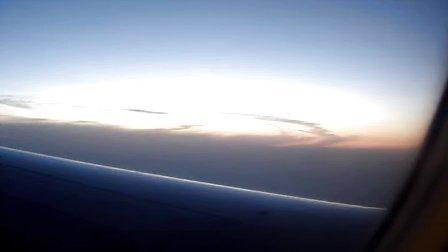 飞机飞至高空云层上方时的壮丽景象