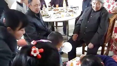 110211李俊利奶奶85岁大寿在南先贤新型农家院吃生日蛋糕