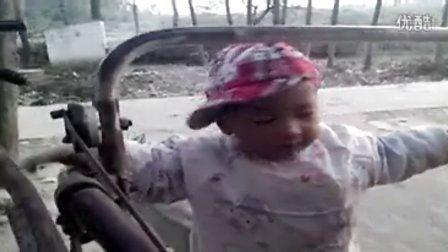 一岁半宝宝会开手扶拖拉机视频