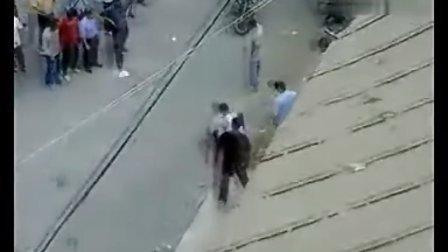 【拍客】小偷街头被打当场遭板砖暴打