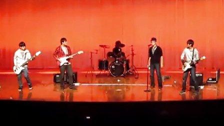 大连枫叶Extinguisher乐队 女校演出Oasis经典歌曲