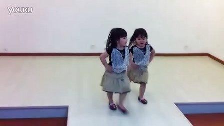 3岁双胞胎小萝莉超萌走秀