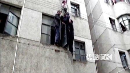【拍客】女童悬挂窗台命悬一线 实拍玉溪警民空中托举营救