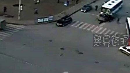 惨不忍睹啊!夹女子中间两车高速相撞, 榨血如河