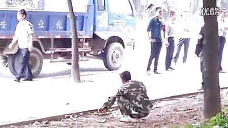 广西南宁市西乡塘区数十城管追赶数公里殴打一个农民工 标清