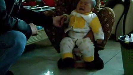 6个月大婴儿用痰盂尿尿、拉臭臭