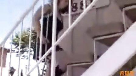 截肢女孩上楼梯
