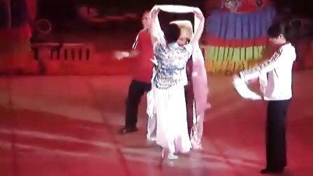 李爱丽给歌唱家舞台献哈达