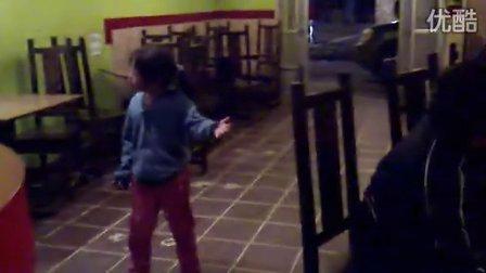这女孩跳得比米高杰克逊还要劲