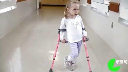 拄着双拐的小女孩,非常可爱,在她妈妈的鼓励下,一步一步往前进