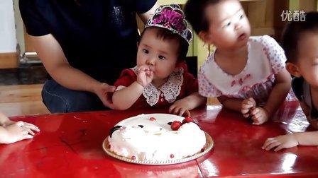 宝宝周岁生日吃蛋糕