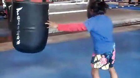 年仅11岁的小女孩在bangplee的fairtex泰拳训练馆训练录像(精彩)