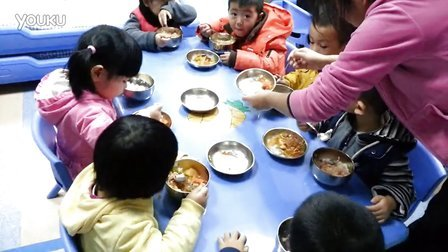 兜妹在幼儿园吃饭
