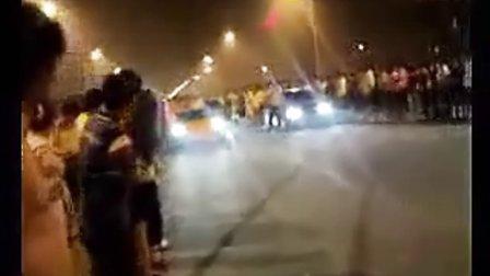 街头对抗万人观看:兰博基尼 VS宝马M3 。