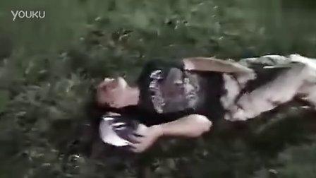 女孩空翻失误踩到男友裤裆蛋疼了