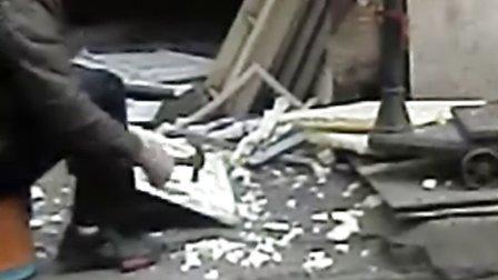 武汉回收站野蛮回收冰箱,视频中老板正在暴力拆解冰箱门,里面的泡沫材料到处都是
