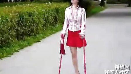 红色拐杖,红色高跟鞋,红色裙子,红色包包