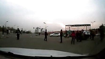 2013年11月5日早上忻州市雁门大道七一路交叉路口车祸