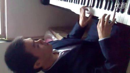 西装帅哥弹钢琴