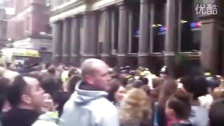 【JB中文网】Justin Bieber fans in Liverpool